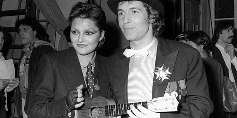Una giovanissima Anna Oxa e Rino Gaetano (e l'ukulele) nel backstage di Sanremo nel 1978